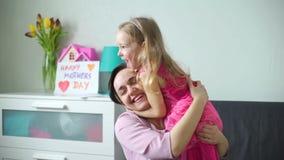 Menina que abraça sua mamã feliz no dia de mães video estoque