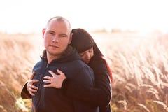 Menina que abraça suas famílias do noivo fora fotos de stock royalty free