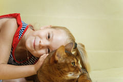 Menina que abraça o gato Foto de Stock Royalty Free