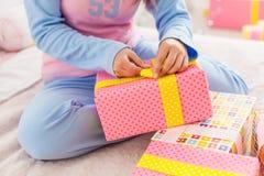 Menina que abre seus presentes de Natal Fotografia de Stock