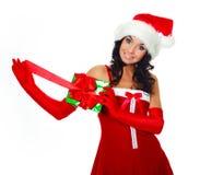 Menina que abre um presente Fotos de Stock Royalty Free