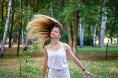 Menina que acena seu cabelo Imagens de Stock Royalty Free