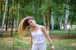 Menina que acena seu cabelo Imagens de Stock