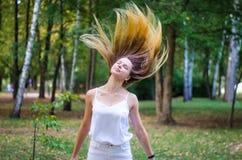 Menina que acena seu cabelo Imagem de Stock
