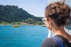 Menina que admira uma opinião bonita do mar Imagens de Stock