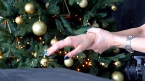 A menina que afaga suas mãos com um tratamento de mãos e jogos com o anel em seu dedo filme
