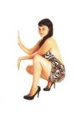 Menina que agacha-se no assoalho. Fotos de Stock