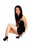 Menina que agacha-se no assoalho. Imagens de Stock Royalty Free