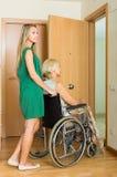 Menina que ajuda a mulher deficiente Imagens de Stock Royalty Free