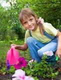 Menina que ajuda na primavera o trabalho, jardinando foto de stock