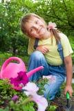 Menina que ajuda na primavera o trabalho, jardinando imagem de stock