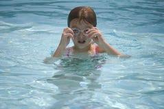 Menina que ajusta óculos de proteção na associação Foto de Stock Royalty Free