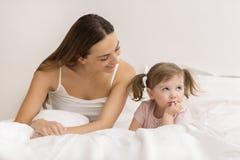 Menina que amua com sua mãe Imagem de Stock Royalty Free