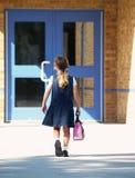 Menina que anda à escola fotos de stock royalty free