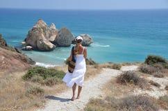Menina que anda à praia Imagem de Stock