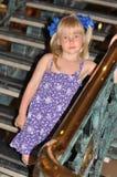Menina que anda abaixo das escadas Foto de Stock Royalty Free