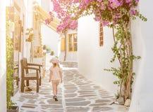 Menina que anda a aleia estreita em Grécia Imagem de Stock