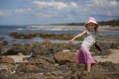 Menina que anda na praia Imagens de Stock