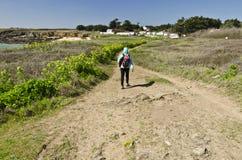 Menina que anda ao longo da costa do sul da ilha de Yeu Fotografia de Stock Royalty Free