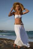 Menina que anda ao longo da praia Imagens de Stock