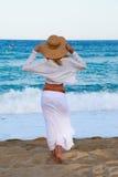 Menina que anda ao longo da praia Imagem de Stock