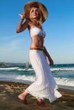 Menina que anda ao longo da praia Imagem de Stock Royalty Free