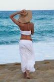Menina que anda ao longo da praia Fotografia de Stock Royalty Free