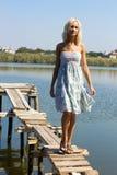 Menina que anda ao longo do cais Imagens de Stock