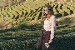 Menina que anda ao longo dos espaços verdes imagens de stock