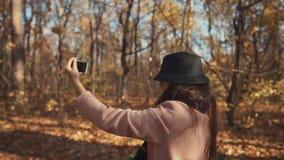 Menina que anda ao redor na floresta e no tiro video estoque