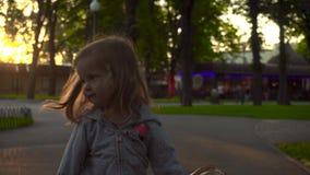 Menina que anda com baloon no parque filme