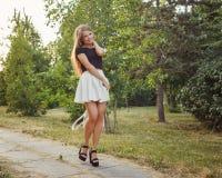 Menina que anda com um saco no parque flirt fotos de stock