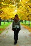 Menina que anda com a vida Fotografia de Stock Royalty Free