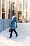 Menina que anda em torno da cidade Fotografia de Stock Royalty Free