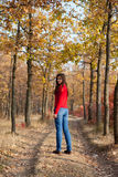 Menina que anda em um parque Imagem de Stock