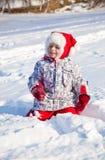 Menina que anda em um parque do inverno Fotografia de Stock Royalty Free