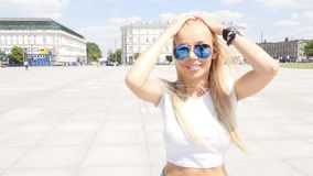 Menina que anda na cidade, óculos de sol elegantes vestindo video estoque