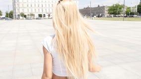 Menina que anda na cidade, óculos de sol elegantes vestindo filme
