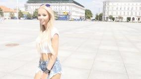 Menina que anda na cidade, óculos de sol elegantes vestindo vídeos de arquivo