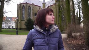 Menina que anda na cidade europeia Bruges Bélgica vídeos de arquivo