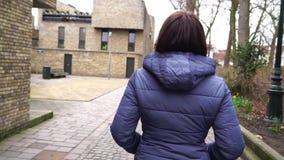 Menina que anda na cidade europeia Bruges Bélgica Movimento lento video estoque