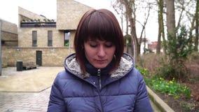 Menina que anda na cidade europeia Bruges Bélgica Movimento lento filme