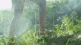 Menina que anda na grama verde na natureza selvagem video estoque