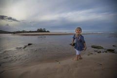 Menina que anda na praia Imagens de Stock Royalty Free