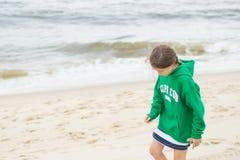 Menina que anda na praia Fotos de Stock