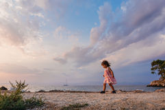 Menina que anda na praia Imagem de Stock Royalty Free