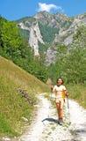 Menina que anda nas montanhas foto de stock