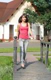 Menina que anda no parque Imagens de Stock Royalty Free