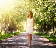 Menina que anda no parque Fotografia de Stock