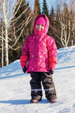 Menina que anda no parque do inverno Fotografia de Stock Royalty Free